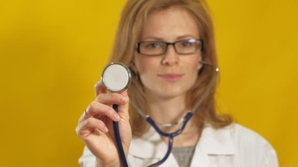 Mladá doktorka. Žluté pozadí. Koncept medicíny.