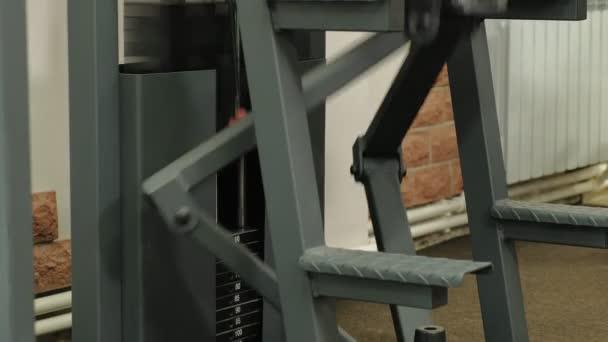 Egy férfi megy be a sport az edzőteremben. Fitness. Egészséges életmód