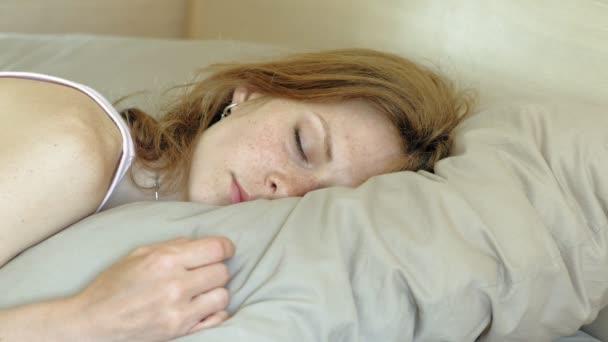 Ráno. Probuzení žen v posteli.