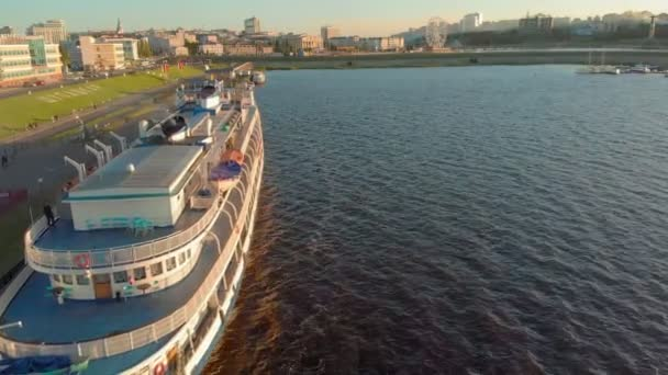 Kreuzfahrtschiff am Pier bei Sonnenuntergang. Tourismus. Luftaufnahmen