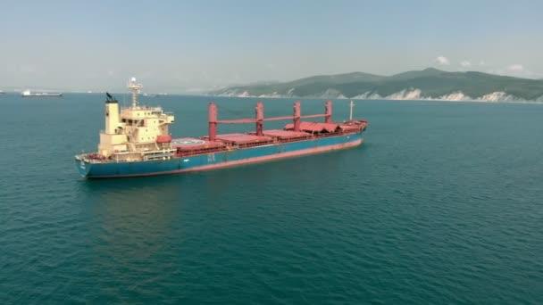 Nákladní loď na moři. Letecká střela