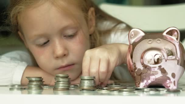 Dívčí Školačka dává peníze do prasátka s růžovým prasetem