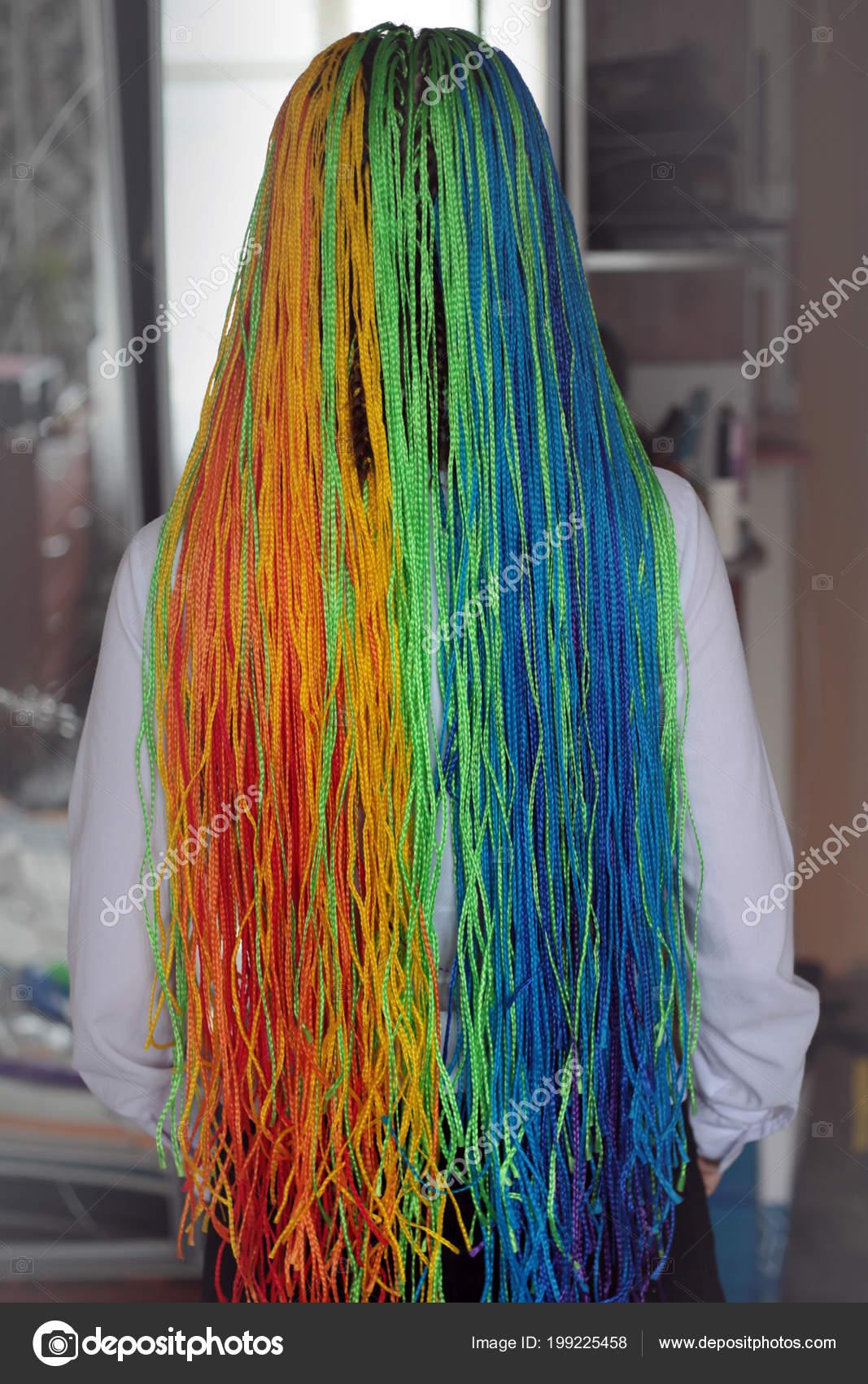 Trecce colorate sottili in stile africano, zizi trecce, trecce con  kanekalon, acconciature per le ragazze, giovani, capelli colorati, colori  dell\u0027arcobaleno
