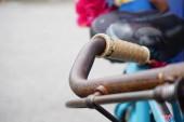 Nahaufnahme rostiger alter Oldtimer-Fahrradteile Kette und Ausrüstung. Selektiver Fokus