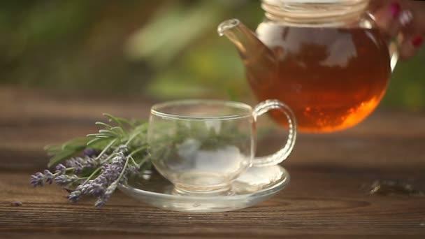 lahodný zelený čaj v krásné skleněné mísy na stole