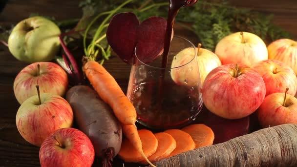 řepy, mrkve, jablek šťáva ve skle na stůl
