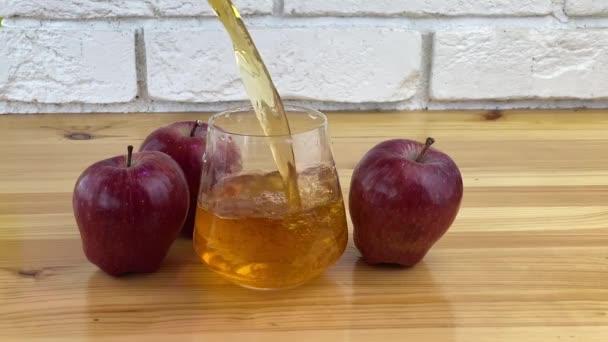 Lahodná čerstvě vymačkaná jablečná šťáva v průhledném skle