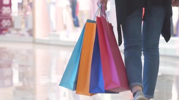 barevné nákupní tašky v rukou kupce dívka