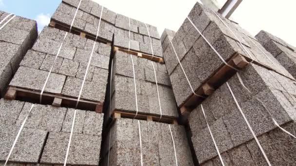 obchodní sklad betonových kvádrů, štěpka