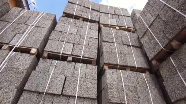 obchodní sklad stavebních bloků, štěpka, cihly