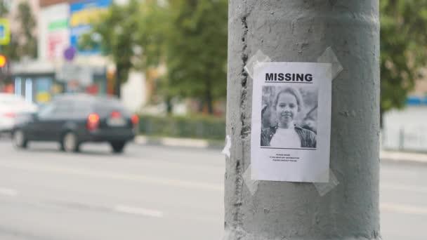 leták o ztracené dítě na stožáru