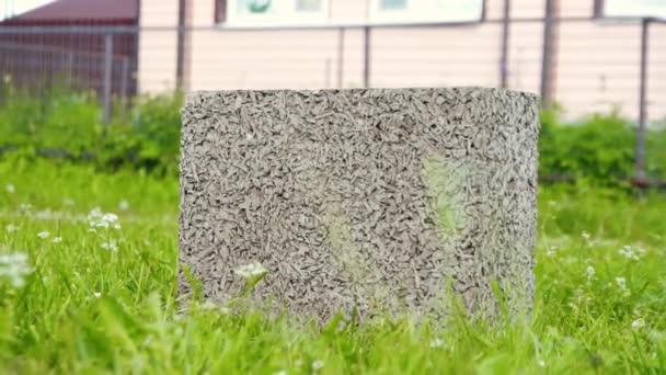 stavební cement na zelené trávě před domem
