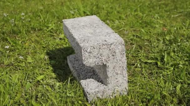 stavební cement na trávě