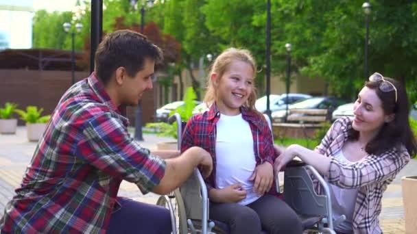 rodina s postižené dítě na vozíčku, happy pomalé mo