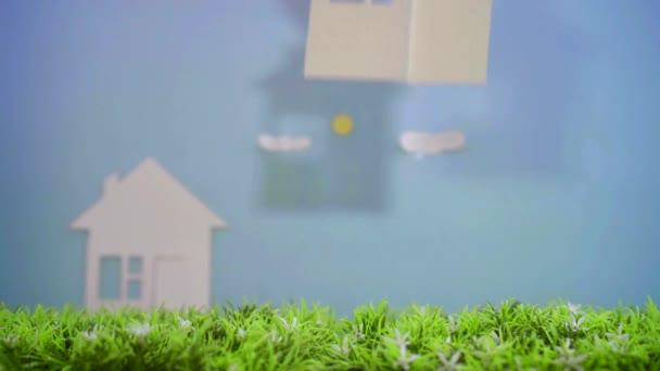 dům papíru na zelené trávě, koncept idea