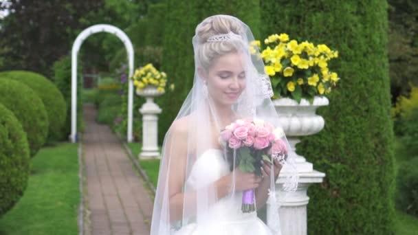 portrét nevěsty s kyticí v krásné zelené zahradě