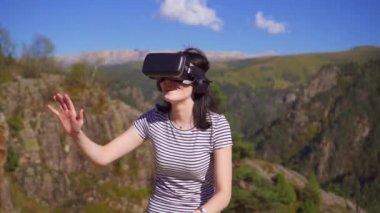 Virtual Reality Keuken : Jong meisje gebruikt een virtual reality bril in de keuken