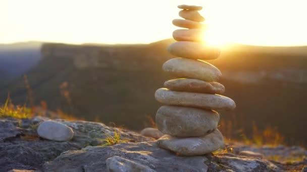 Kiegyensúlyozó kő egymásra naplementekor