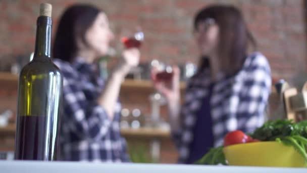 jsou kontrolovány dvě holky kamarádky v kostkované košile víno v kuchyni