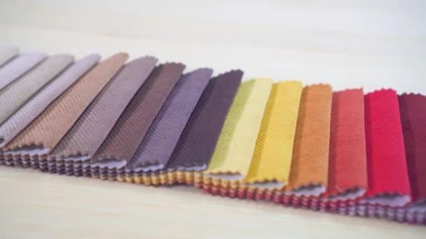 Hochwertige farbige Stoffe hautnah.