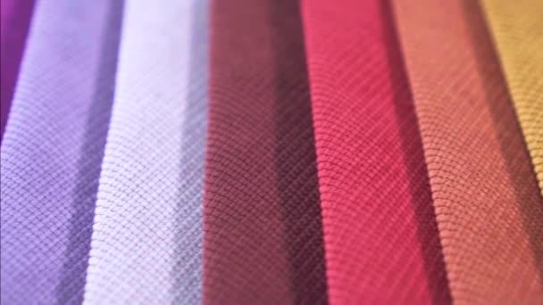 Bunte Muster aus strukturiertem Stoff hautnah