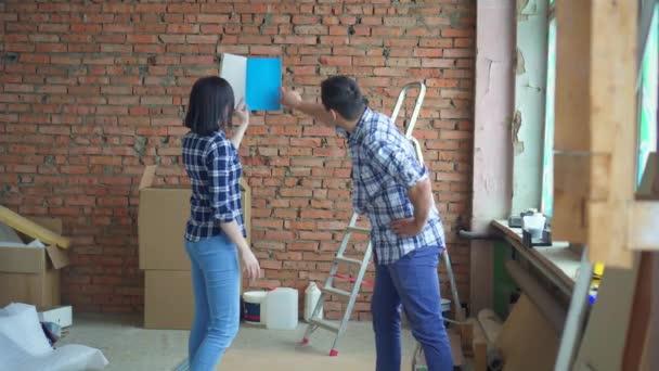 vzal pár, opravy v jejich domově, vyberte si design interiéru barevné palety