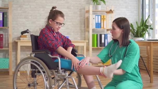 Arzt und ein Kind im Rollstuhl im Krankenhaus