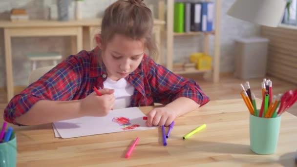 portré egy magányos gyermek autizmus vagy a mentális zavarok, felhívja ül egy asztalhoz