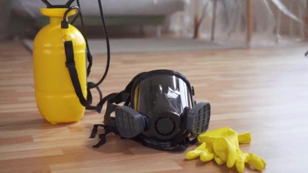 Konzept der Reinigungs- und Desinfektionsidee, Schutzmaske und Handschuhe