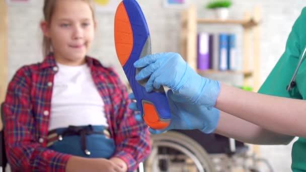 Medico ortopedico racconta una ragazza adolescente su solette ortopediche chiudere lento mo