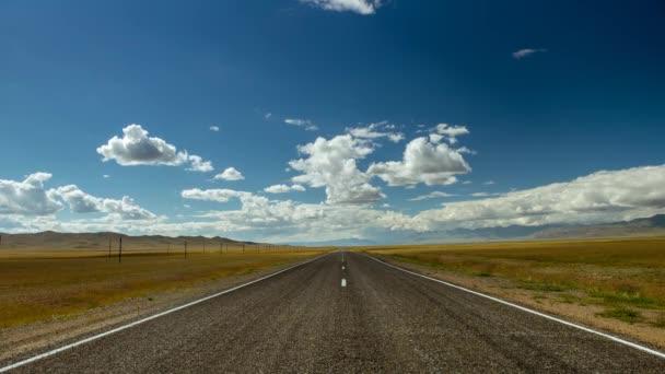 Rovná cesta a zamračená obloha 4k timelapse