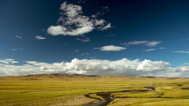 Zamračená obloha obrovský luční hory a řeky