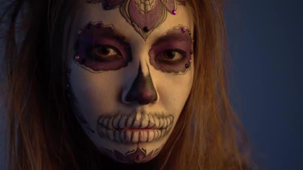 4k Portraitaufnahme eines jungen Mädchens mit Totenmaske an einem Halloween-Feiertag