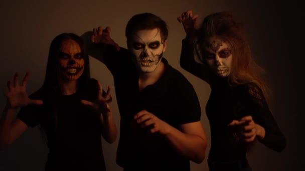 Mädchen und ein Mann mit dem Make-up der Toten posieren für die Kamera 4k