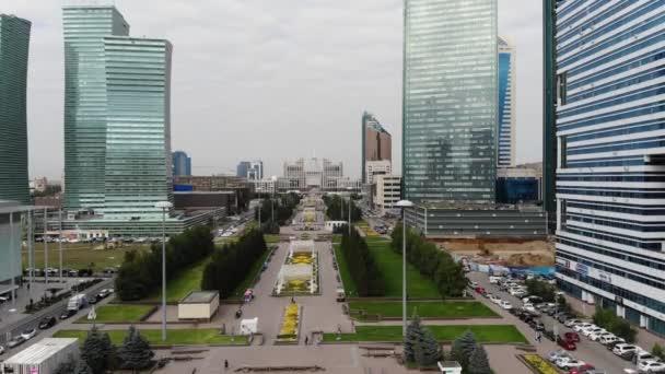 4 k letecký pohled na vysoké mrakodrapy v centru velkoměsta