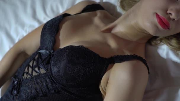 Zár - megjelöl-ból szexi női alak, fekete leleplező fehérnemű