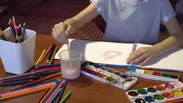 Közelkép a gyermek akvarell felhívja az album. Gyermek kreativitás