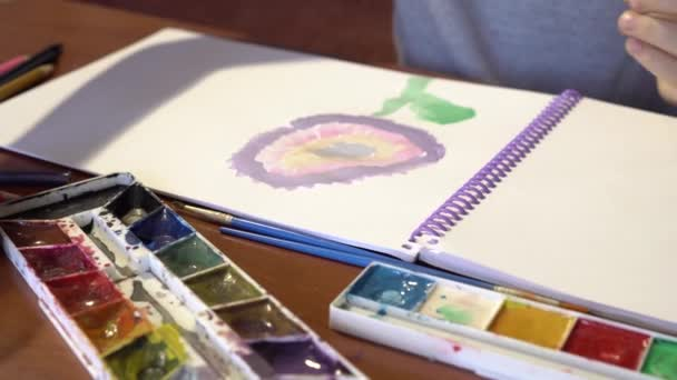 Közeli kép a gyermek rajz. A gyerek ilyenkor lerajzol egy virág az album, az akril festékek