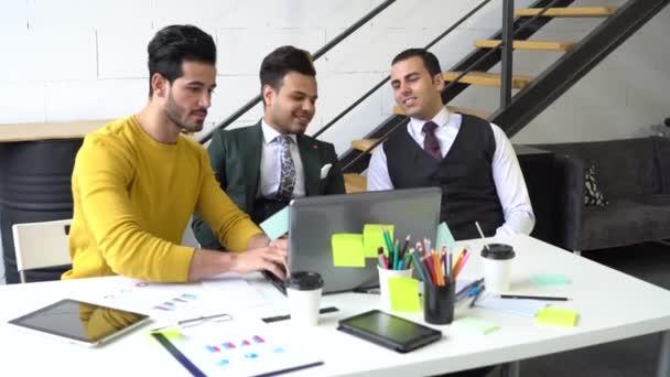 A fiatalok laptoppal készítik el a projektet és kommunikálnak egymással