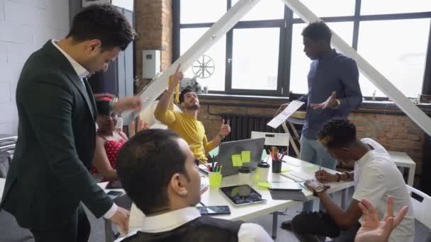 Brainstorming eines Teams junger Geschäftsleute im Büro. Diskussion über Investitionsprojekte.