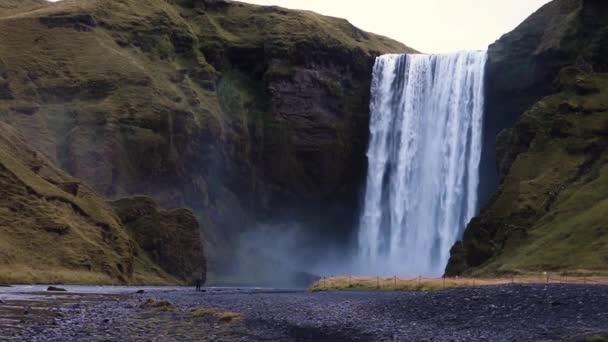 Slavný vodopád Skagaposs. Krásný vodopád s světlé duha. Populární mezník. Island, Evropa. Jedinečné místo na zemi. Objevte krásu světa. Uložit mediální Zpomalený pohyb