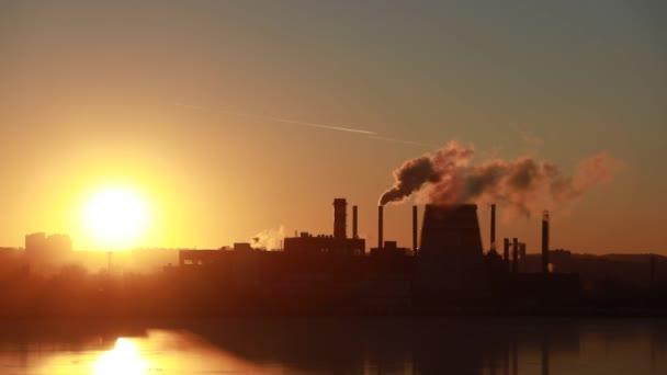 Kouření komín na tovární letecké krajiny průmyslových kouř z kotle trubky. Skladem video. Průmyslové výroby a kouření komín v městě. Kouře emisí z průmyslových potrubí na letecký pohled na elektrárnu. Kotel dýmky pohled z abo