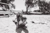 Fotografie Glückliche Familie im freien Zeit miteinander zu verbringen. Vater, Mutter und Tochter haben Spaß und spielen am Strand