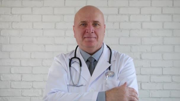 Palec nahoru znamení, šťastný lékař dělat dobrou práci gesto