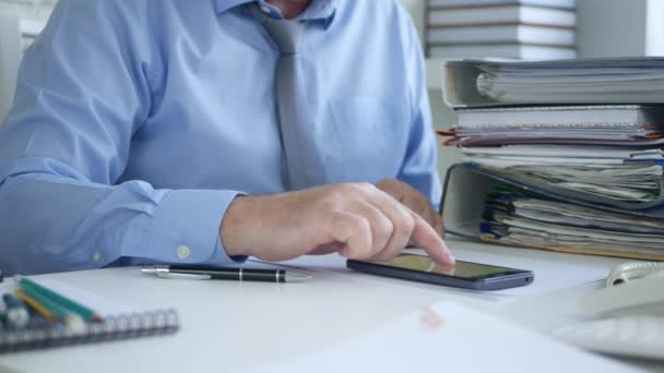 Podnikatel v úřadu prostor textu pomocí mobilního telefonu
