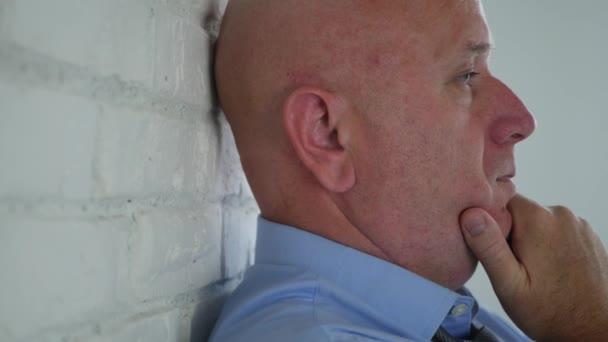 Rozčilený podnikatel Image pobytu smutný vedle zdi v místnosti úřadu