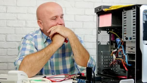 Besorgter Techniker bei der Reparatur von Computergesten enttäuscht