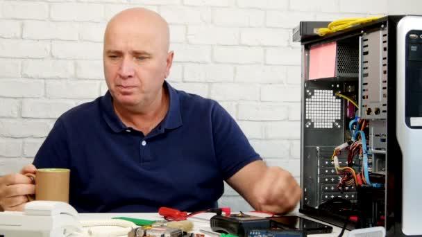Computertechniker genießen Kaffee und telefonieren im Festnetz