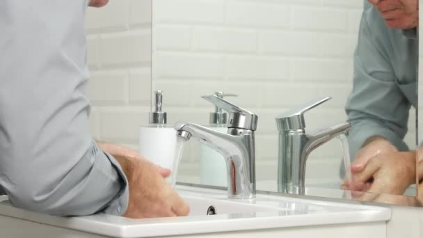 Férfi-fürdőszobában, mosás az ő kezét és arcát friss vízzel a mosdó
