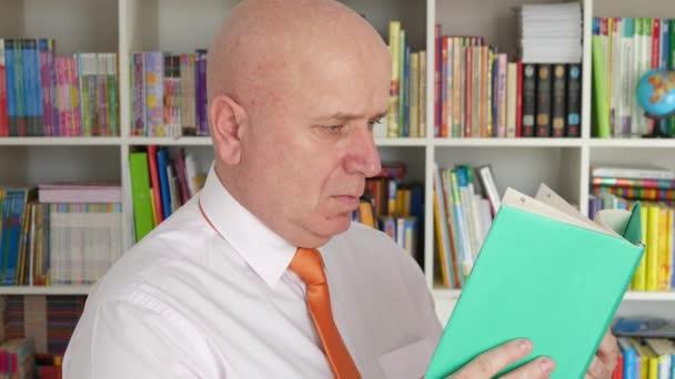 Stránky knihy procházet podnikatel připravit pro čtení románu v knihovně